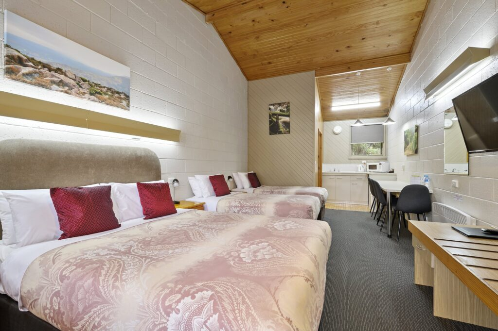 1 Queen 2 Singles - Tasmania Queenstown Accommodation - Gold Rush Inn