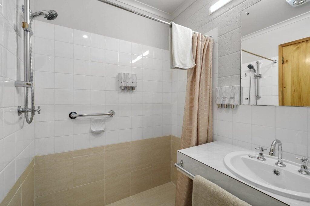 Bathroom - Queen Superior - Tasmania Queenstown Accommodation - Gold Rush Inn